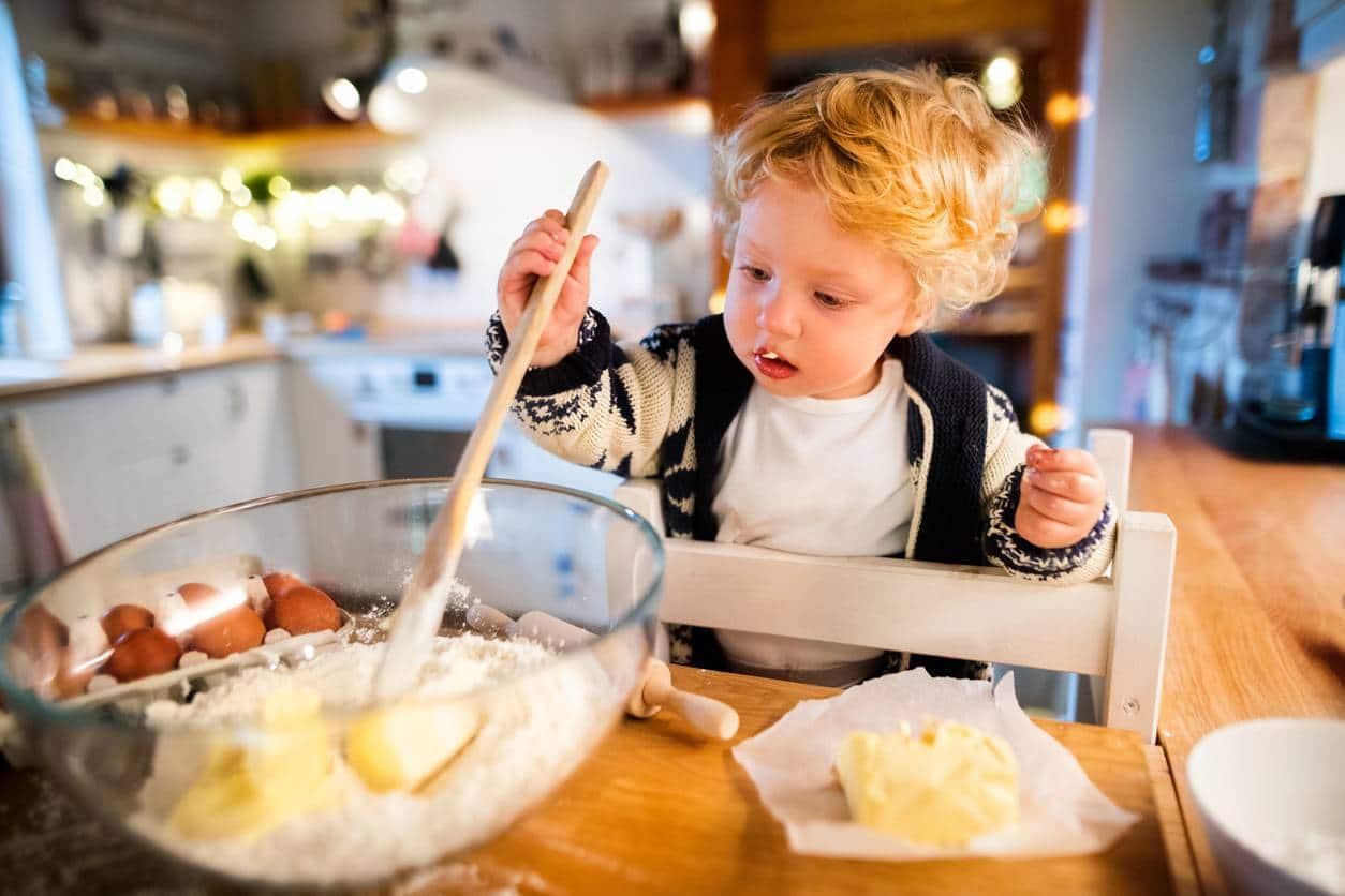 enfant à la cuisine sur tour d'apprentissage