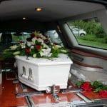Obsèques : peut-on rester avec le défunt tout au long du trajet ?